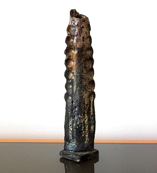 Escultura alargada de ceramica Raku
