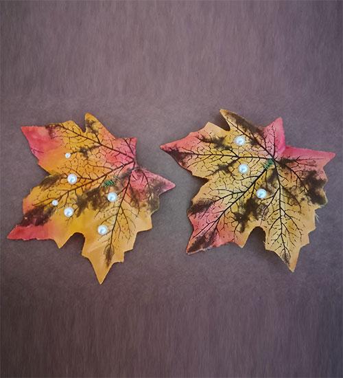Pendientes hojas de arce en otoño