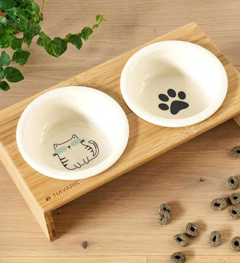 Comedero de mascotas de cerámica con pie de bambú