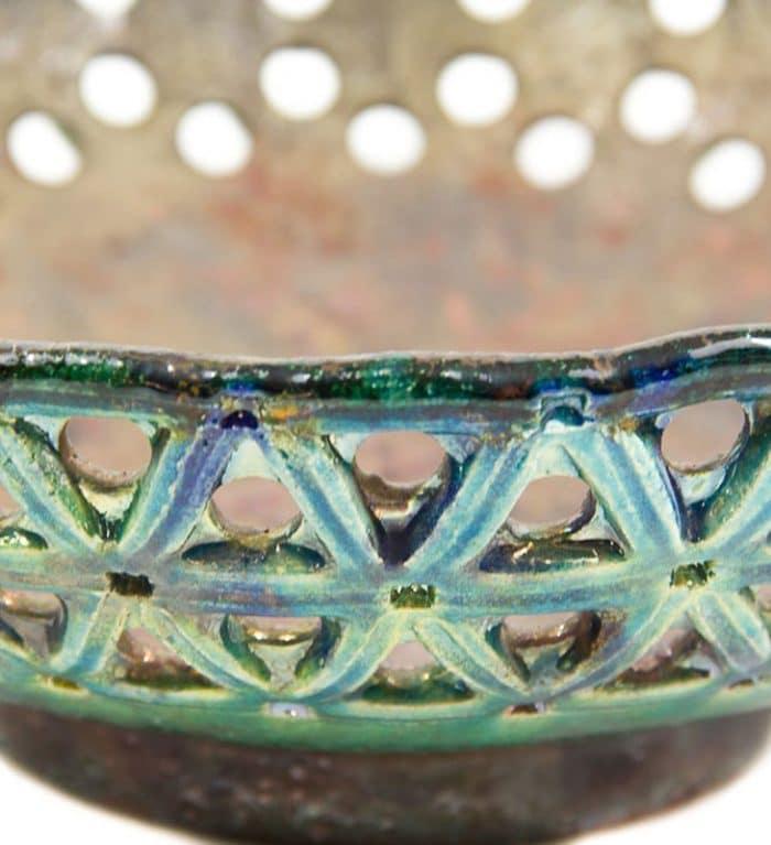 Centro de cerámica de raku grabado y perforado de forma artesanal